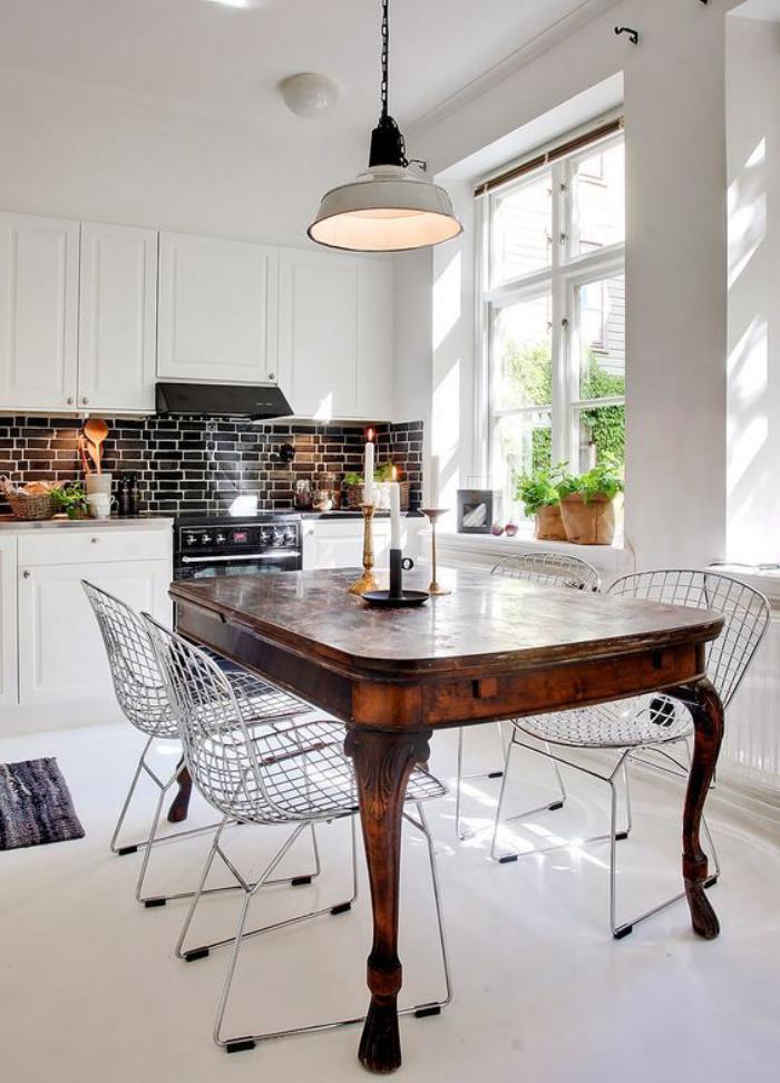 table-de-salle-à-manger-table-de-repas-antique-dans-une-cuisine-scandinave