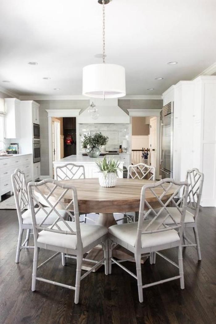 table-de-salle-à-manger-table-ronde-dinatoire-avec-chaises-blanches-élégantes