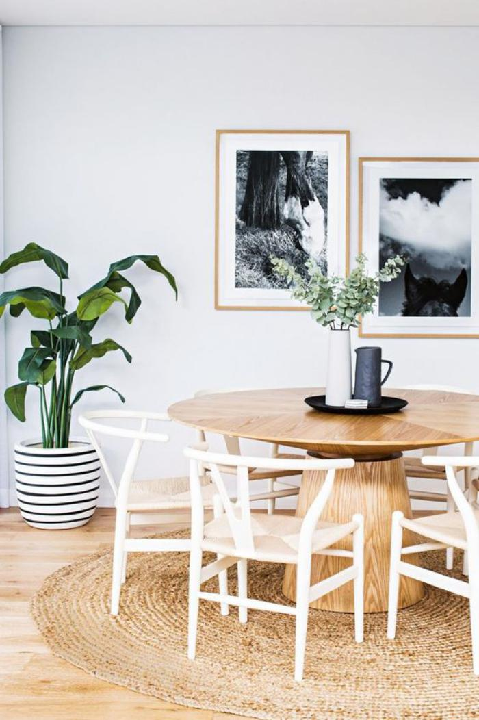 table-de-salle-à-manger-table-ronde-en-bois-et-chaises-blanches