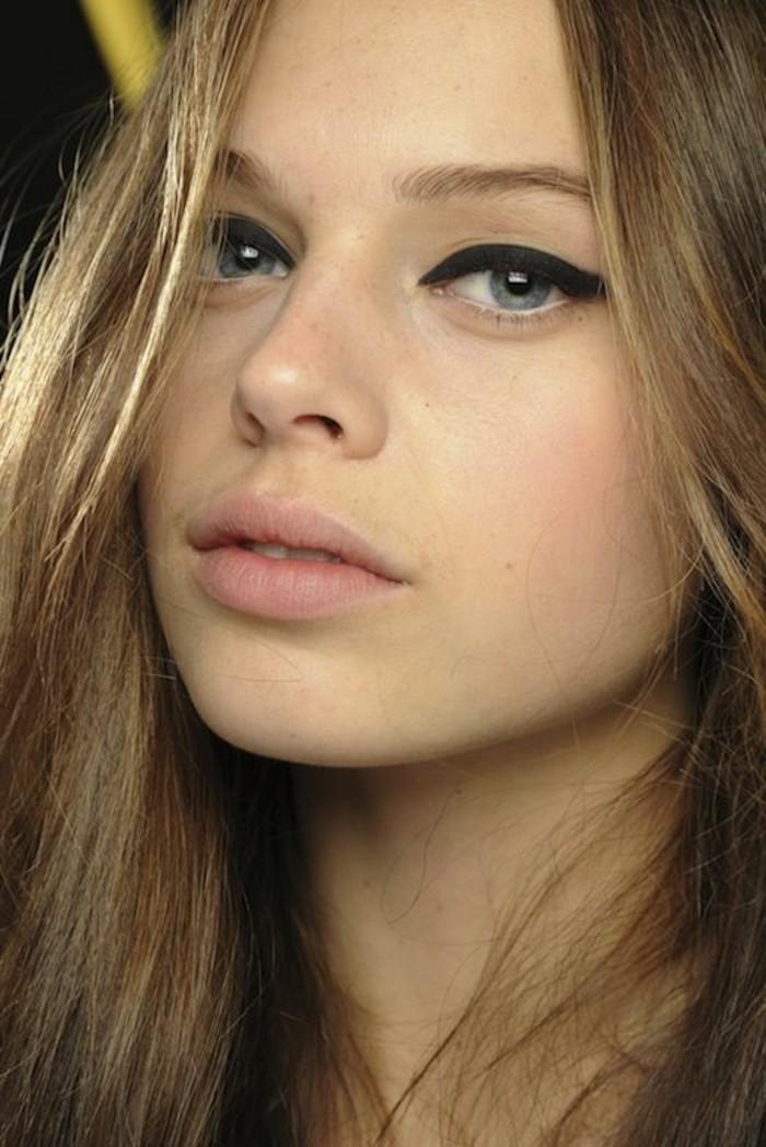 technique-de-maquillage-facile-cheveux-blonds-longs-apprendre-a-se-maquiller