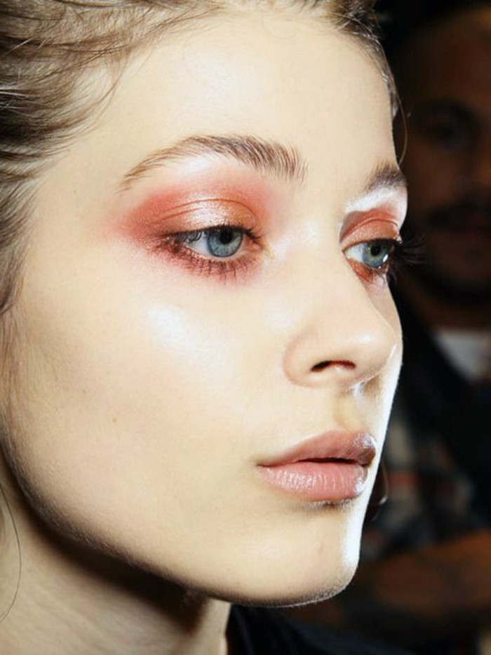 technique-de-maquillage-paupiere-en-orange-yeux-bleus-visage-fond-de-teint