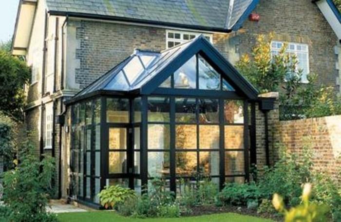 une-jolie-extension-maison-style-rustique-veranda-ancienne-en-noir-qui-donne-un-côté-mystérieux
