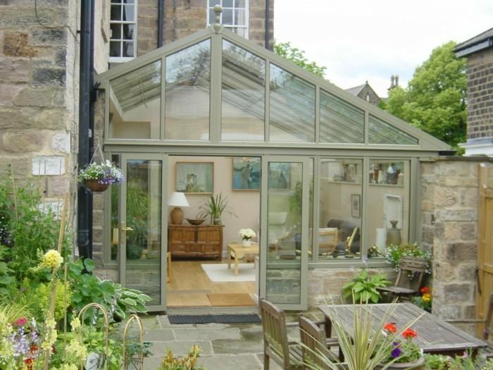 une-jolie-veranda-moderne-pittoresque-en-aluminium-et-verre-qui-s'ouvre-sur-un-jardin