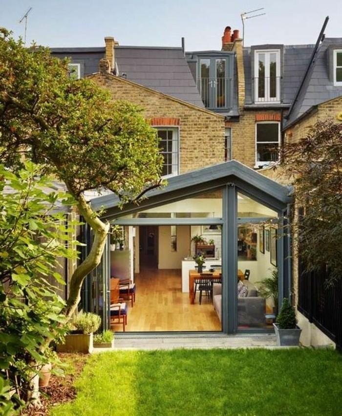 une-magnifique-veranda-moderne-toit-veranda-en-gris-en-harmonie-avec-la-couleur-du-toit-de-la-maison-un-coin-paisible-et-confortable