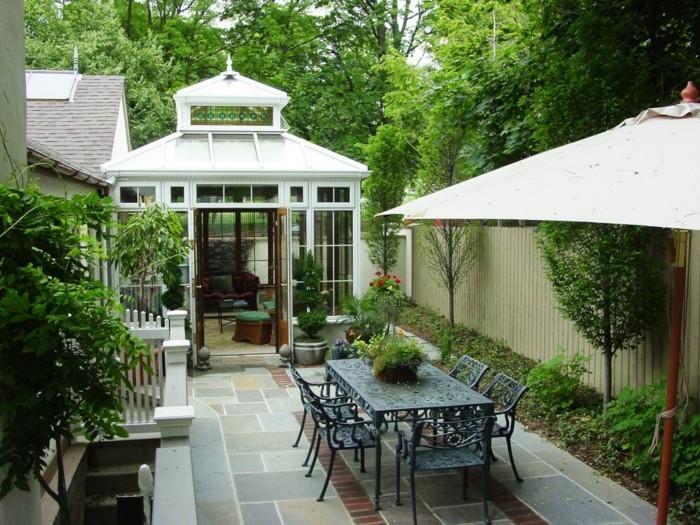 une-petite-veranda-contemporaine-qui-donne-sur-un-jardin-coquet-design-veranda-pour-petites-espaces