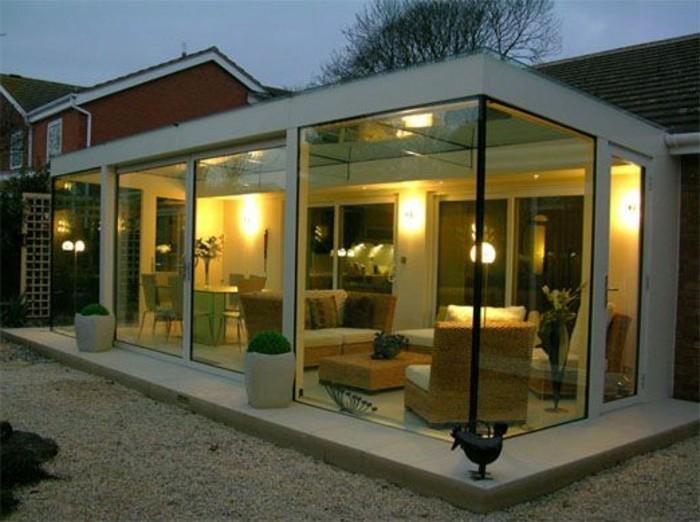 une-veranda-moderne-extraordinaire-qui-change-complètement-le-look-de-cette-maison-tout-à-fait-ordinaire-veranda-aménagé-en-salle-de-séjoir-atmosphère-romantique-créée-par-les-lumières-douces