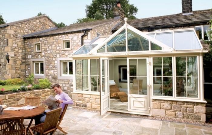 veranda-contemporaine-en-aluminium-adossée-à-une-maison-style-rustique-un-coin-de-relaxation