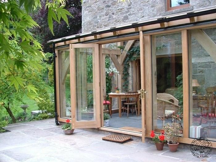veranda-contemporaine-en-bois-et-verre-style-rustique-deco-veranda-très-coquette