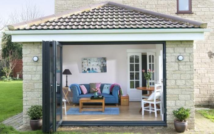 veranda-contemporaine-qui-crée-une-ambaince-accueillante-style-simple-et-confort-inédit