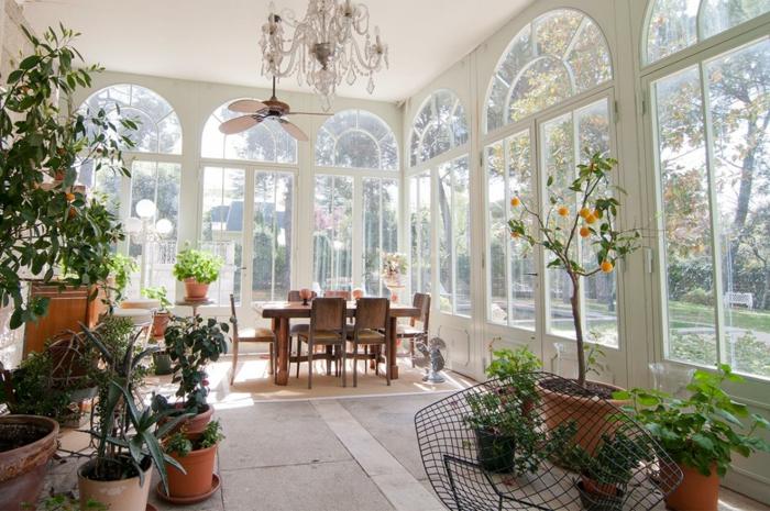 veranda-moderne-baies-vitrées-somptueuses-lustres-très-élégant-décoration-composée-de-fleurs