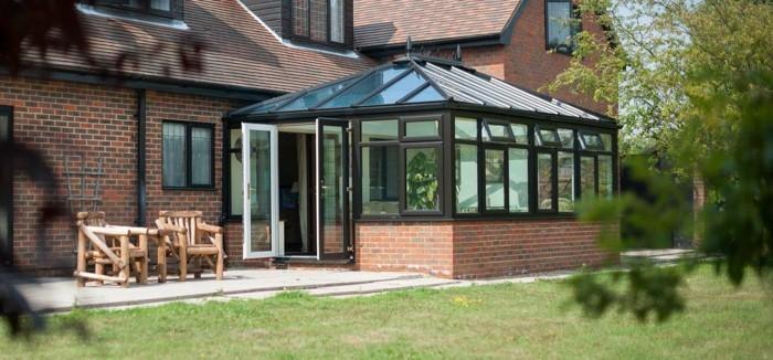 veranda-moderne-dont-le-design-complète-celui-de-la-maison-adjacente-modele-de-veranda-très-esthétique