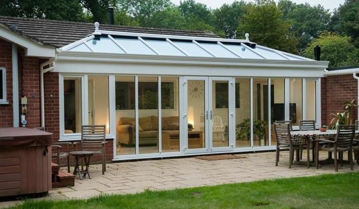 veranda-moderne-en-PVC-qui-donne-sur-le-jardin-modele-de-veranda-admirable