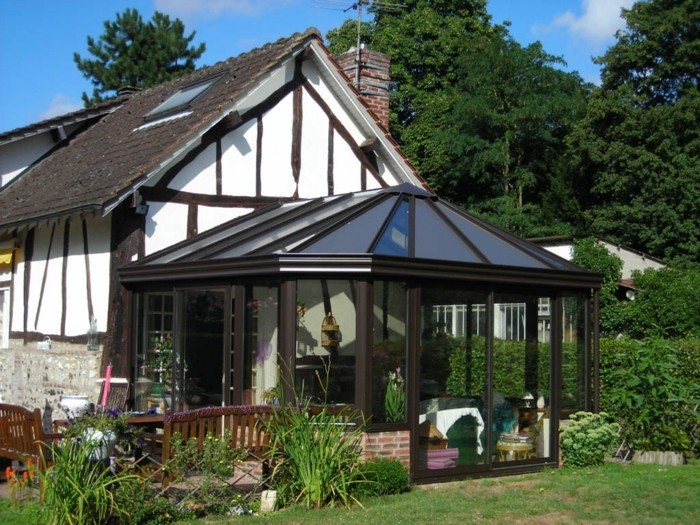 veranda-moderne-en-aluminium-veranda-adossée-à-une-maison-rustique-très-coquette-veranda-contemporaine-au-goût-vintage