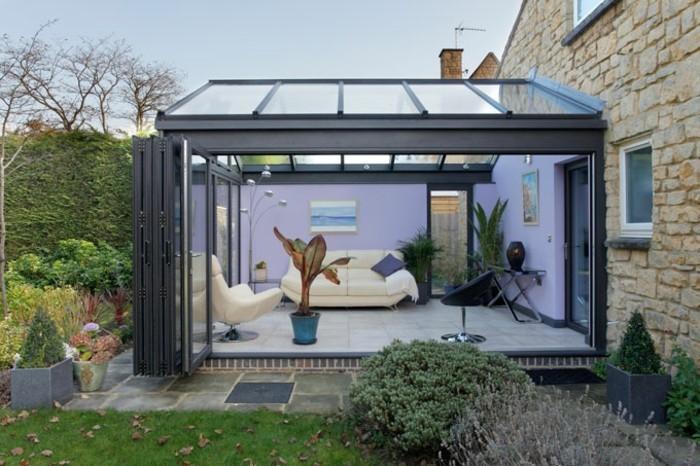 veranda-moderne-en-aluminium-modele-de-veranda-contemporaine-personnalisée-murs-en-mauve-canapé-et-fauteuil-blancs