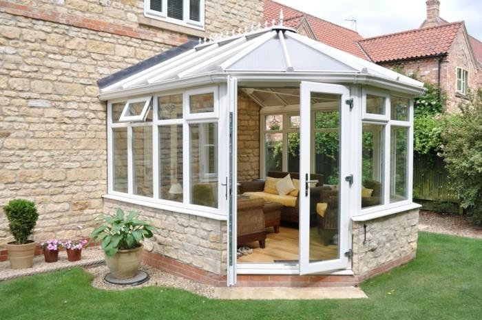 veranda-moderne-en-aluminium-modele-petite-veranda-double-vitrage-ambiance-cozy-un-petit-coin-de-repos-à-l-extérieur