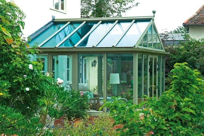veranda-moderne-en-aluminium-plongée-dans-la-verdure-du-jardin-avoisinnant