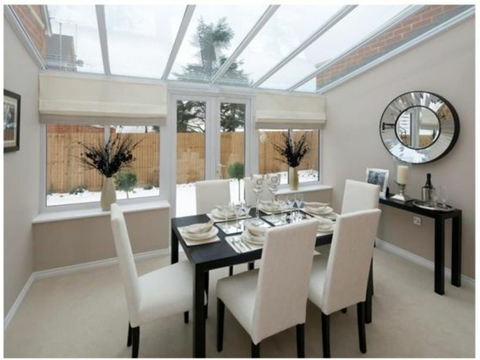 veranda-moderne-en-blanc-aménagéé-en-salle-à-manger-table-massive-en-bois-des-chaises-en-bois-jolie-déco-murale