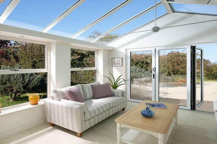 veranda-moderne-en-blanc-modele-veranda-lumineuse-toit-veranda-en-verre-deco-veranda-sobre-épurée