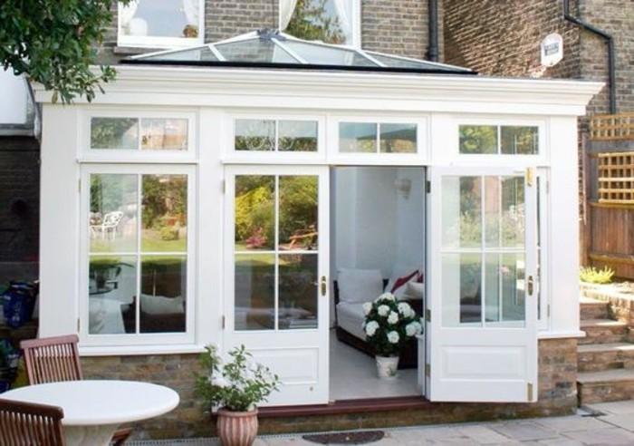 veranda-moderne-en-blanc-qui-contraste-avec-le-bâtiment-adjacent-modele-de-veranda-élégant