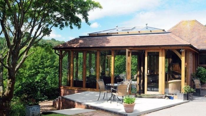 veranda-moderne-en-bois-convenable-une-villa-située-sur-une-île-exotique-veranda-avec-très-belle-vue