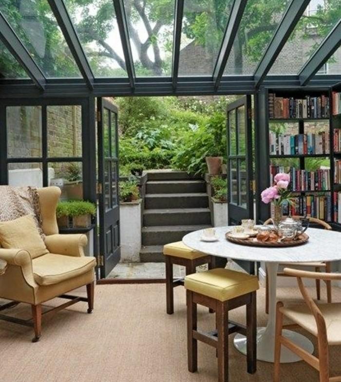 veranda-moderne-en-noir-un-espace-de-détente-d-accueil-de-relaxation-et-de-lecture-meubles-vintage-qui-habillent-cet-espace-à-merveille