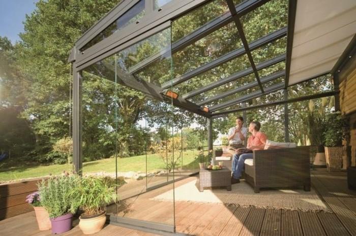 veranda-moderne-en-verre-meubles-en-rotin-déco-composée-de-plantes
