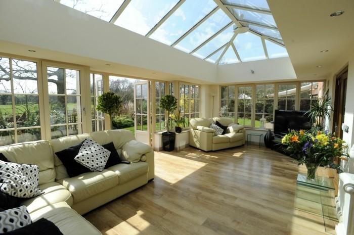 veranda-moderne-et-très-spacieuse-deco-veranda-à-l-esprit-contemporain-grand-sofa-petit-canapé-TV-veranda-en-aliminum-tout-veranda-en-verre