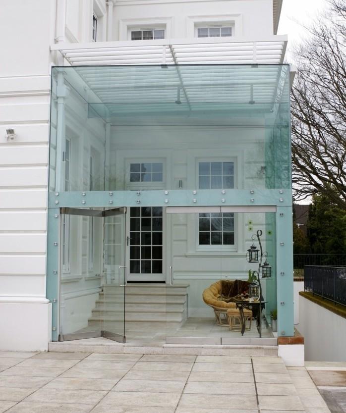 veranda-moderne-extension-en-verre-look-moderne-et-très-stylé-solution-idéale-pour-un-espace-restreint