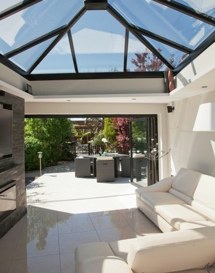 veranda-moderne-qui-donne-sur-un-jardin-toit-veranda-en-verre-canapé-blanc-un-coin-de-repos-magnifique