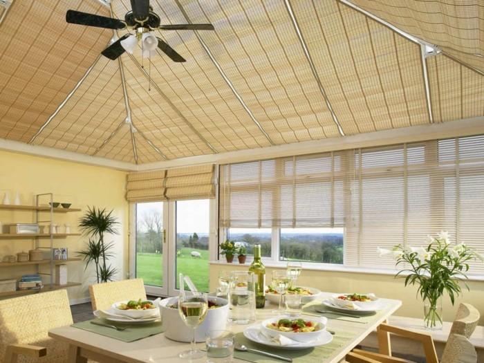 Veranda moderne qui donne sur un paysage pittoresque salle à manger