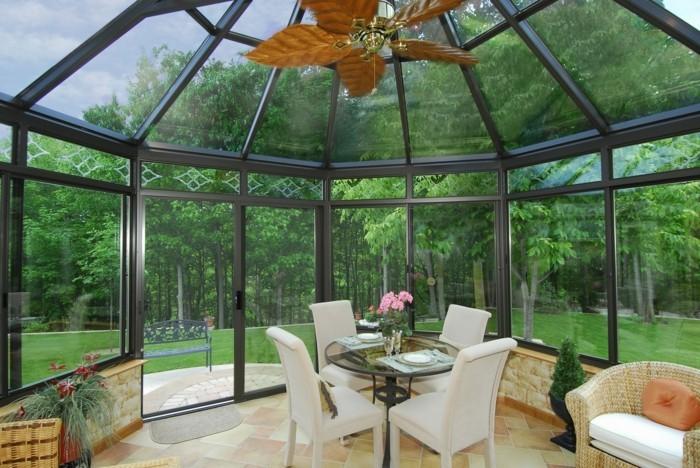 veranda-moderne-style-victorien-deco-veranda-très-élégante-ambiance-zen-propice-à-la-détente-chaises-blancs-petite-table-à-café-lustre-originale