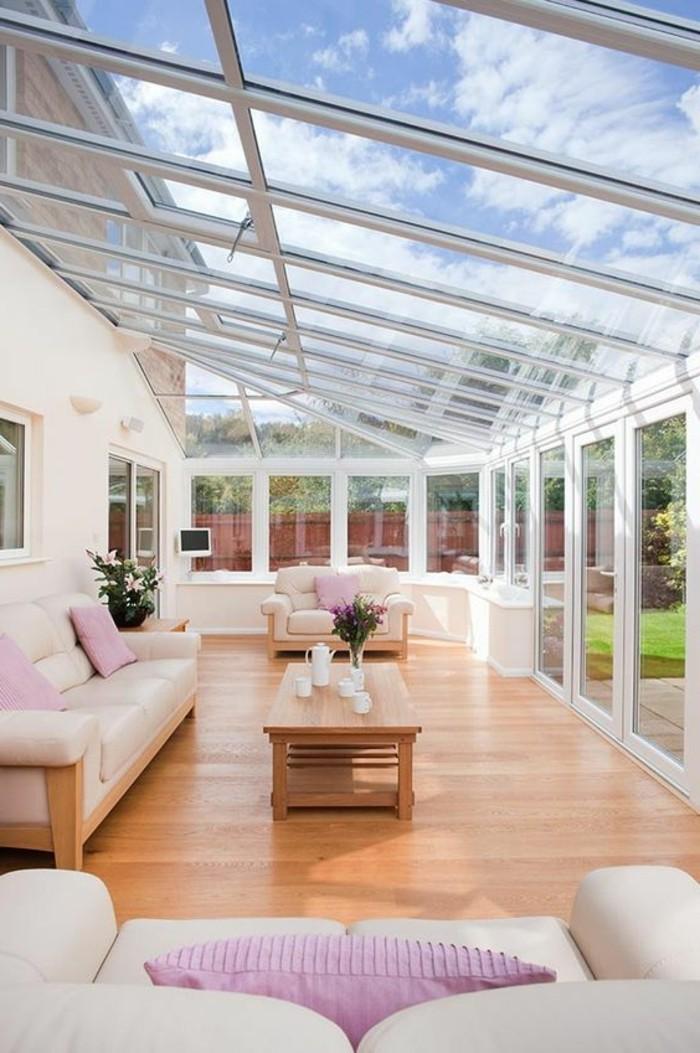 veranda-moderne-très-charmante-lignes-épurées-élégence-sans-pareil-une-veranda-lumineuse-deux-canapés-très-chic-et-une-petite-table-basse