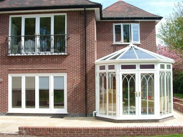 veranda-style-victorien-aménagée-en-petit-espace-de-repos-et-recueil