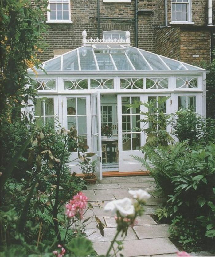 veranda-style-victorien-aménagée-en-salle-de-séjour-petite-veranda-en-blanc