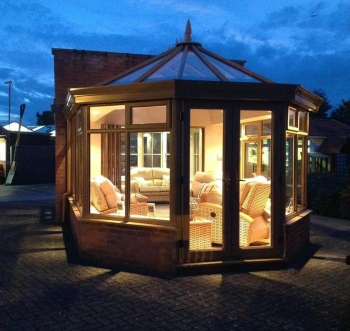 veranda-style-victorien-modele-de-veranda-en-bois-lumières-douces-ambiance-romantique