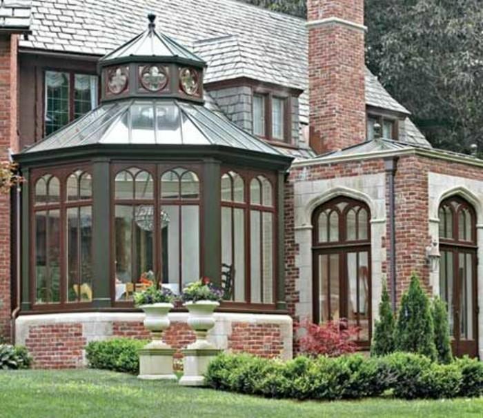 veranda-victorienne-aménagée-en-salle-à-manger-éléments-déco-à-motifs-floraux-veranda-de-luxe-style-élégant