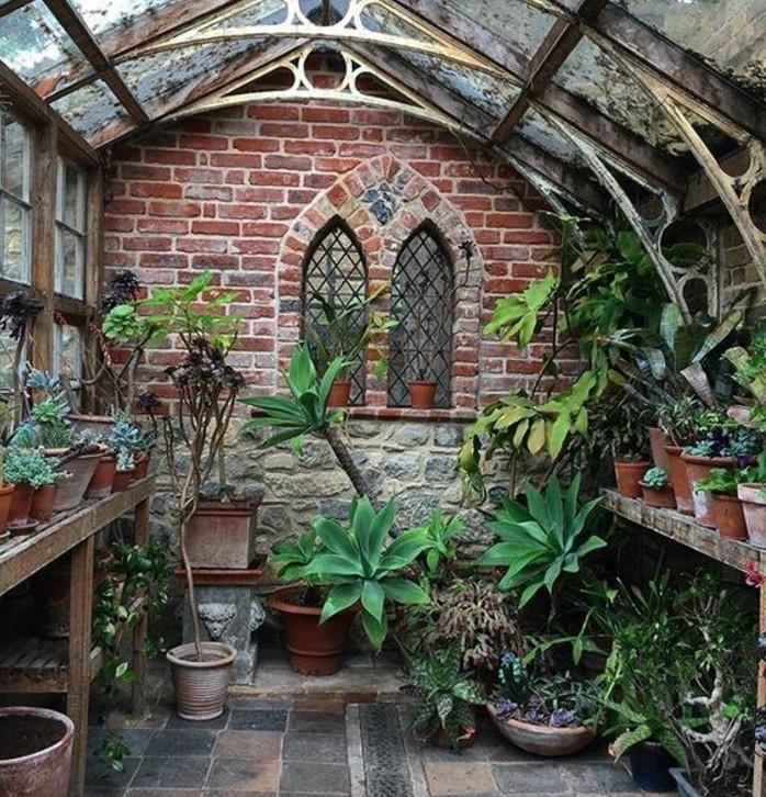 veranda-victorienne-avec-un-look-usé-jardin-d-hiver-destiné-à-abriter-les-plantes-voûte-à-ornements-intéressants-style-vintage-ancien