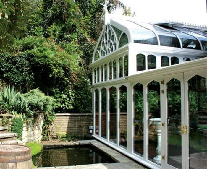 veranda-victorienne-en-blanc-un-véritable-temple-gothique-jolie-vitrages-et-rosace
