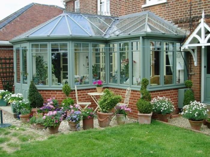 veranda-victorienne-en-bleu-givré-entourée-de-magnifiques-fleurs-veranda-ancienne-style-vintage