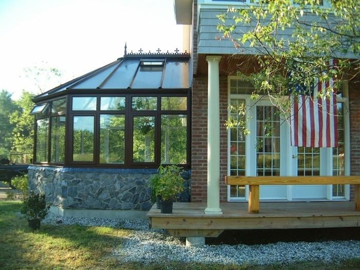 veranda-victorienne-en-bois-marron-une-magnifique-extension-de-cette-maison-américaine
