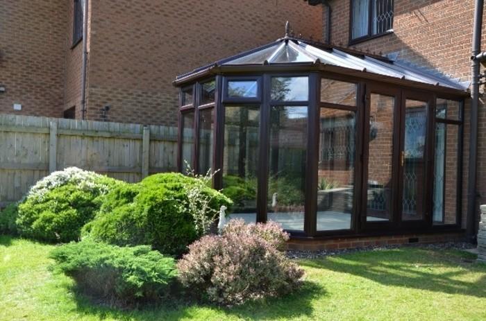 veranda-victorienne-en-bois-style-vintage-qui-marie-à-merveille-l-architecture-de-la-maison-adjacente