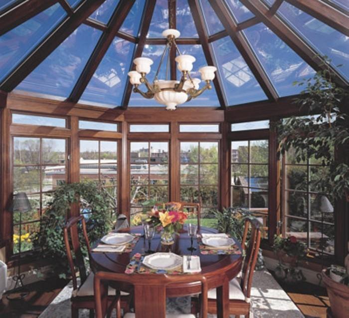 veranda-victorienne-en-bois-superbe-modele-de-veranda-aménagé-en-salle-à-manger-déco-intérieure-en-bois