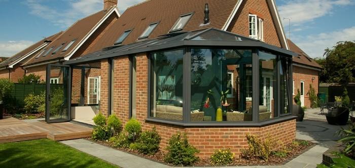 veranda-victorienne-qui-marie-l-architecture-de-la-maison-adjacente-veranda-aménagement-intérieur-moderne