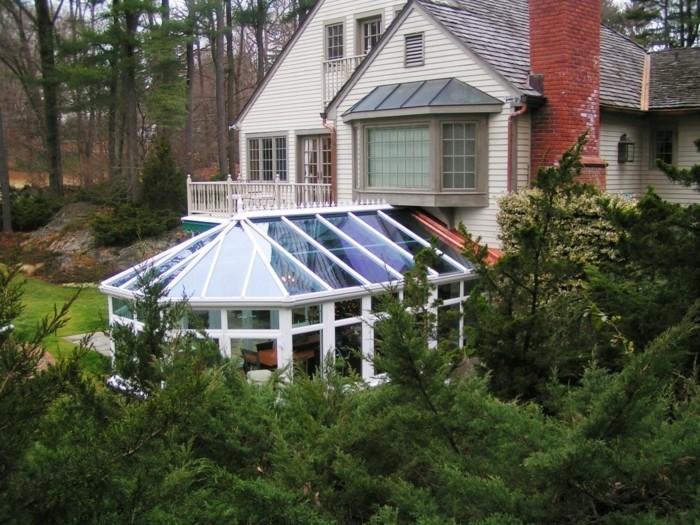 veranda-victorienne-située-dans-un-cadre-forestier-veranda-moderne-qui-porte-une-nostalgie-du-passé