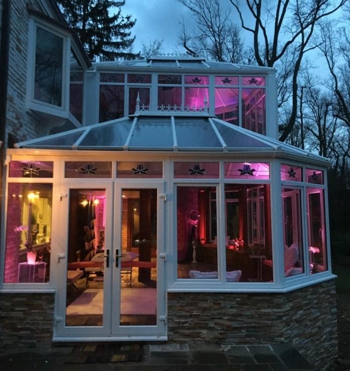veranda-victorienne-style-élégant-grâcieux-véranda-en-aluminium-et-verre-éclairage-romantique-à-différentes-couleurs