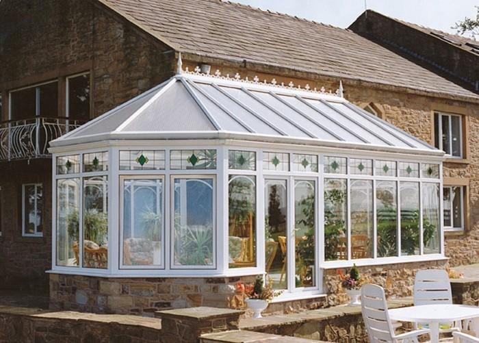 veranda-victorienne-très-esthétique-en-blanc-veranda-aménagée-en-salle-de-séjour-et-décorée-avec-beaucoup-de-plantes
