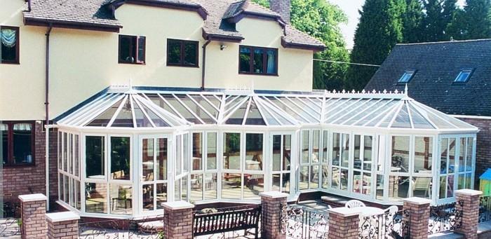 veranda-victorienne-très-spacieuse-qui-longe-la-façade-de-cette-formidable-propriété-différents-coins-veranda-en-uPVC