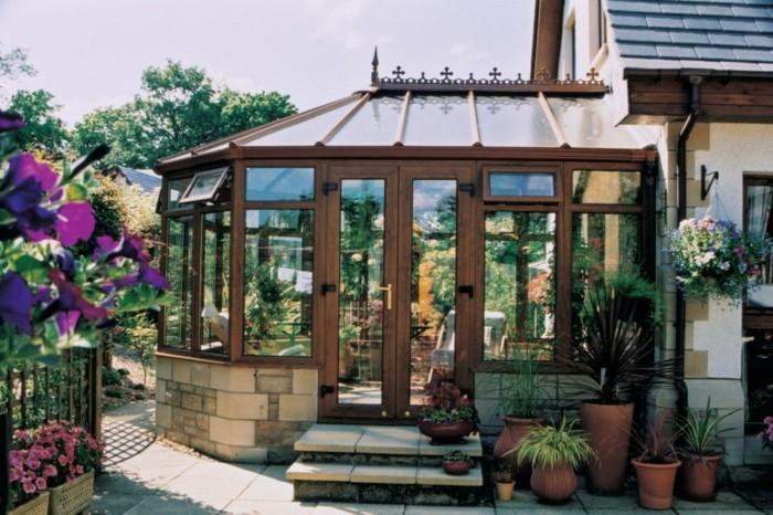 veranda-victorinne-en-bois-et-verre-design-très-élégant-éléments-déco-gothiques