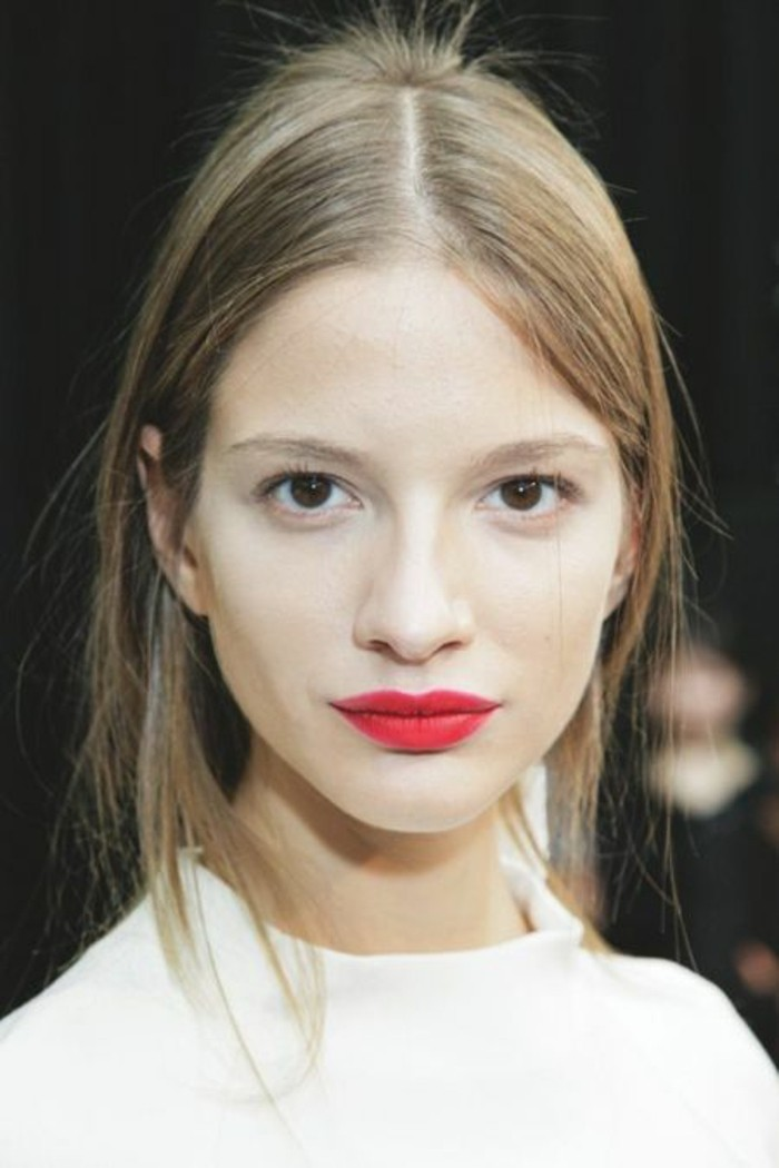 visage-pale-levres-rouge-yeux-marrons-idee-maquillage-peau-pale-cheveux-blonds