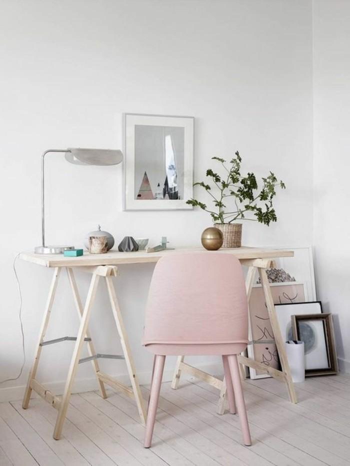 voici-un-magnifique-bureau-en-bois-clair-chaise-en-rose-pale-sol-en-planchers-clairs
